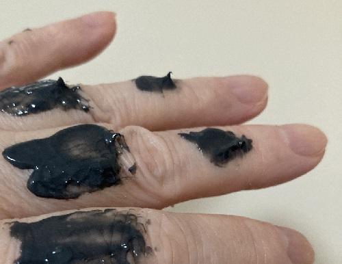 ケトリームは薬用炭配合で黒いクリーム